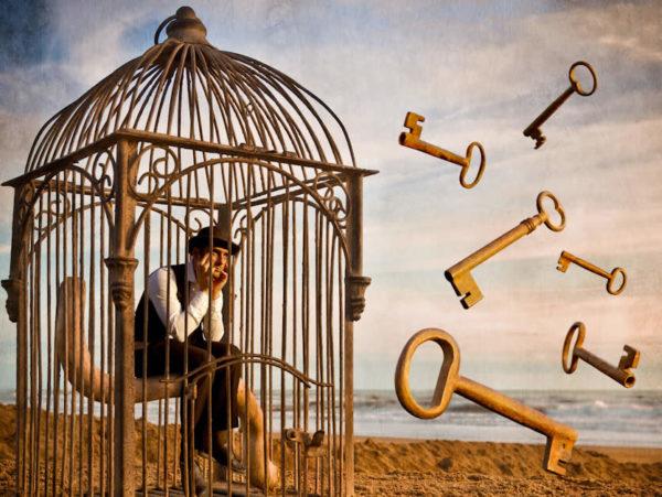Scegliere di restare in gabbia con la chiave del lucchetto in mano!